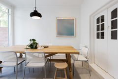 Moderne Skandinavische gestileerde binnenlandse eetkamer met tegenhanger lig Stock Foto