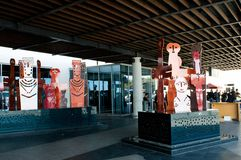Moderne Skulptur im Flughafenabfertigungsgebäudeeingang lizenzfreie stockbilder