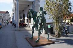 Moderne Skulptur von Adam und von Eve, Ljubljana Stockfotos