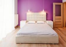 Moderne slaapkamer in flat Royalty-vrije Stock Afbeelding