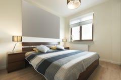 Moderne slaapkamer in het beige eindigen royalty-vrije stock afbeeldingen