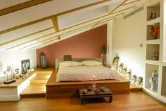 Moderne slaapkamer met afrikaanse decoratie redactionele fotografie