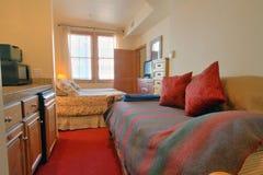 Moderne slaapkamer met bank Royalty-vrije Stock Afbeeldingen