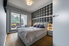 Moderne slaapkamer met controleurspatroon stock afbeelding