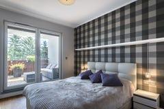 Moderne slaapkamer met controleurspatroon royalty-vrije stock foto's