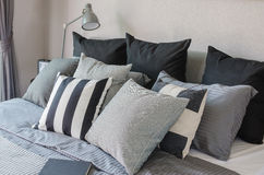 Moderne slaapkamer met de donkere hoofdkussens van de kleurentoon Royalty-vrije Stock Fotografie