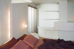 Moderne slaapkamer met gekleurd beddegoed Stock Foto