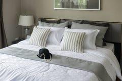 https://thumbs.dreamstime.com/t/moderne-slaapkamer-met-gestreepte-hoofdkussens-50112560.jpg