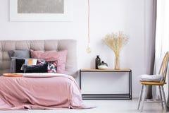 In Slaapkamer Met Oranje Stoel Stock Foto - Afbeelding bestaande uit ...