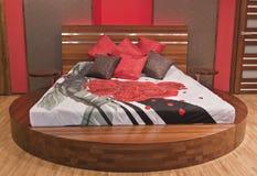 Moderne slaapkamer met rode rozen Stock Foto's