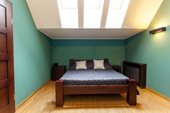Moderne slaapkamer in turkooise kleuren Stock Fotos