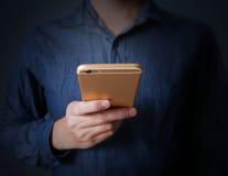 Moderne smartphone ter beschikking Royalty-vrije Stock Foto's