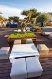 Moderne Sofas und Tabelle im Park stockbild