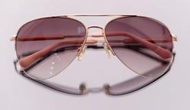 Moderne moderne Sonnenbrille lokalisiert auf weißem Hintergrund stockfoto