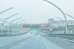 Moderne speedwaybaan in de stad Nieuwe woonwijk modern woonkwart van de stad Royalty-vrije Stock Fotografie