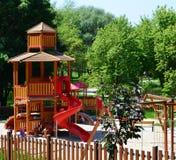 Moderne speelplaats in een vrije tijdspark Stock Foto