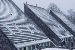 Moderne spitze Dachspitzen bedeckt im Schnee, schneebedeckt und im kühlen Wetter in der Wintersaison, neue niederländische Hausar stockfotos
