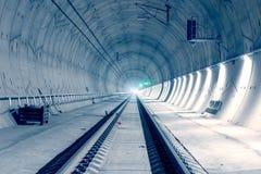 Moderne spoorwegtunnel met groen signaallicht royalty-vrije stock foto's