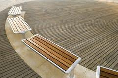 Moderne städtische Bänke Stockbilder