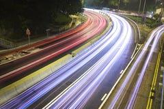 Moderne städtische Stadt mit Autobahn-Verkehr nachts Lizenzfreie Stockbilder