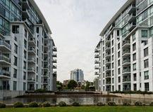 Moderne städtische Stadt-Skyline bestanden aus Kondominien Lizenzfreie Stockfotos