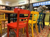 """Moderne Stühle im Restaurant Ð'Ñ ‹Ð'Ð?Ð"""" 'Ð?ÐºÑ Ð¸Ñ-'е Ñ  Ñ ', Ñ-‡ Ñ 'Ð ¾ Ð±Ñ ‹Ð ¿ Ð ¾ Ñ  Ð ¼ Ð ¾ Ñ 'Ñ€Ð?Ñ 'ÑŒ Ð ¿ риР¼ Ð?Ñ stockfotografie"""
