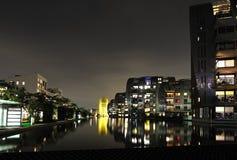 Moderne stad bij nacht Royalty-vrije Stock Afbeeldingen