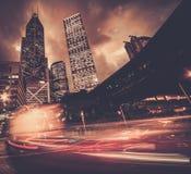 Moderne stad bij nacht stock afbeeldingen