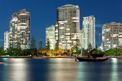 Moderne stad bij nacht (Miami strand, gouden kust) Stock Afbeelding