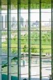 Moderne stad buiten het venster Stock Foto's