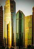 In moderne stad van lange gebouwen Stock Afbeelding