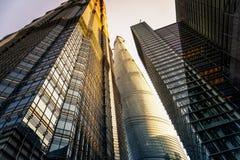 In moderne stad van lange gebouwen Stock Foto's