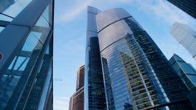 Moderne stadswolkenkrabbers tijdens daglicht in de mening aan de onderkant stock video