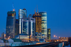 Moderne Stadt am Abend Stockfotografie