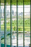Moderne Stadt außerhalb des Fensters Stockfotos