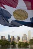 Moderne Stadt Dallas-Skyline und wellenartig bewegende Flagge Lizenzfreie Stockfotografie