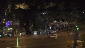 Moderne Stadt des Nachtlebens auf Seeuferansicht von der Dachspitze Motorrad- und Autofahren auf Nachtstadtstraße auf Palmen auf  stock video