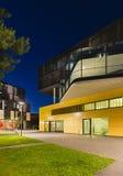 Moderne Stadt-Gebäude in Aachen, Deutschland nachts Lizenzfreies Stockfoto