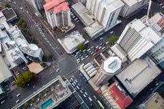 Moderne Stadt-Kreuzung von der Perspektive des Vogels Stockbild