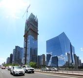 Moderne Stadt mit besetzten Autos Lizenzfreies Stockbild