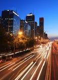 Moderne Stadt mit Verkehr an der Dämmerung lizenzfreies stockbild