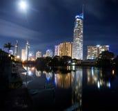 Moderne Stadt nachts Stockfotos
