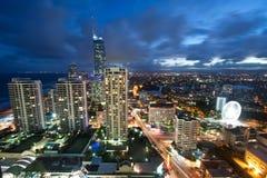 Moderne Stadt nachts angesehen von oben Lizenzfreie Stockfotos