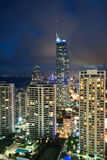 Moderne Stadt nachts am vertikalen Format Stockfotografie