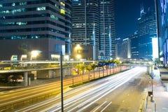 Moderne Stadt-Verkehrs-Nacht Stockfoto