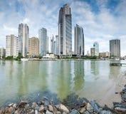 Moderne Stadt während des Tages auf quadratischem Format Stockfoto