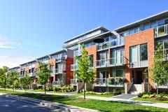 Moderne Stadthäuser Stockbilder