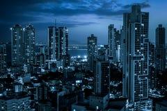 Moderne Stadtskyline nachts - Wolkenkratzerstadtbild stockfotos