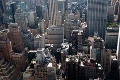 Moderne Stadtverrücktheit, hohe Gebäude und gedrängte Str. stockbild