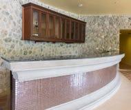 Moderne Stange gemacht durch Stein- und glänzende Fliese mit hölzernem Regal auf Maurerarbeit-Steinwand-Hintergrund-Beschaffenhei Lizenzfreie Stockfotos